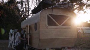【サーフキャンプ】Jay Nelsonがトヨタのハイラックス・トラックに手作りの小屋を乗せたキャンピングカーで、ツインフィンマスターDerrick Disneyと若手Toby Mossopと共にバイロンベイからシドニーを旅するロードトリップ