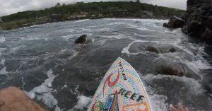 【最新動画】Mason Hoがまたしてもスリリングかつ危険な岩場の波を攻める岩ゴリゴリ・セッション