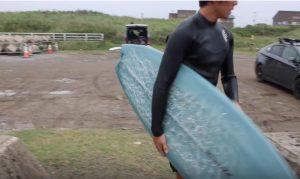 """【必見動画】温故知新かつフォーマルなスタイルを持つ小林直海が、ZBURHのツインスタビ""""ADICT""""モデルで腰前後の小波を人一倍楽しむ"""