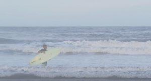 【オルタナティブ】ノーズライド、クロスステップにビッグカーヴィング!!カリスマ市東シゲ重明がミッドレングス・シングルフィンで片貝漁港の波をサンセットタイム・クルーズ