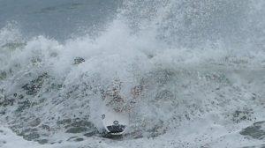 【台風6号】崩れの温帯低気圧の波で辻裕次郎が魅せた、途中で片足だけになる程かなり理解不可能かつディープなフロントサイド・ワンフット・レイバック