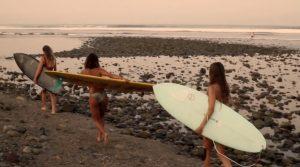 """【必見動画】旅先でのリアリティー溢れるライフスタイルショットも満載! 世界一の美人プロサーファーKelia Monizが仲間たちと行くメキシコトリップ""""3 Amigos"""""""