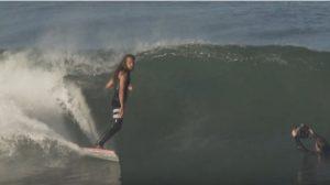 【最新動画】どんな波でも楽しむか楽しめないかは自分の気持ちの持ち方次第!? Rob Machadoによるソフトトップのシングルフィンでのショアブレイク・ファンセッション