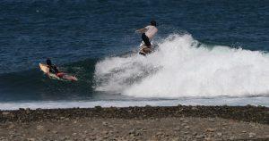 【台風10号シークエンス】サーファーが追い求めてきたスケートボードのあの動きを波の上で再現!? フロントサイド・ロックンロール・スライド by 間屋口峻英