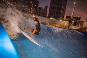 """【話題の】スポル品川にある人口波""""CityWave Tokyo""""でのムラサキチームライダーたちによるナイト・サーフセッション"""