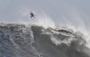 【怪物波】マーヴェリックスに2018年最大級のスウェルがヒット! その波で狂気のエアリバースを試みたKai Lennyと世界のトップビッグウェイバーたちによるビッグウェイブ・セッション