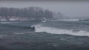 【極寒の】湖でサーフィン!? 最高の波を求めDylan Gravesがミネソタ州の五大湖、スペリオル湖でグッドウェイブをスコア!!