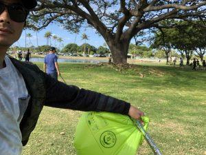 【環境】海活性プロジェクトの一環として関本海渡、寺井裕人、田辺楠磨といったプロサーファー3名がアラモアナビーチパークのビーチクリーンに参加