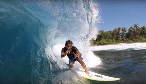 【待望の】オーストラリアを拠点とする注目のフリーサーファー飯田航太がシメルー島でスーパーパーフェクト・チューブ波をスコア!!