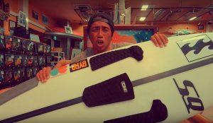 【How to】初心者必見! 正しいデッキパッドの貼り方とワックスの綺麗な剥がし方をMakaC TVの蛸優樹プロが伝授!