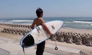 """【最新ボードチェック】小波から頭オーバーまで! ZBURH surfboards2019年V-シリーズのパフォーマンスモデル""""AGG""""を岩淵優太がテストライド!"""
