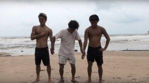 【対決!】果たして勝者は!? 村上蓮と飯田航太がシメルー島のビーチブレイクでマンオンマン・ヒートを決行!!