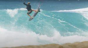 【世界初の試み!?】John John Florenceがフォイルサーフィン用の超短いボードにディアル・シングルフィンをセットして繰り広げたテストライド・セッション