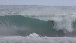 【最新動画】この波が貸し切り!? フォトジェニックなフリーサーファー飯田航太によるチューブ&エアセッション